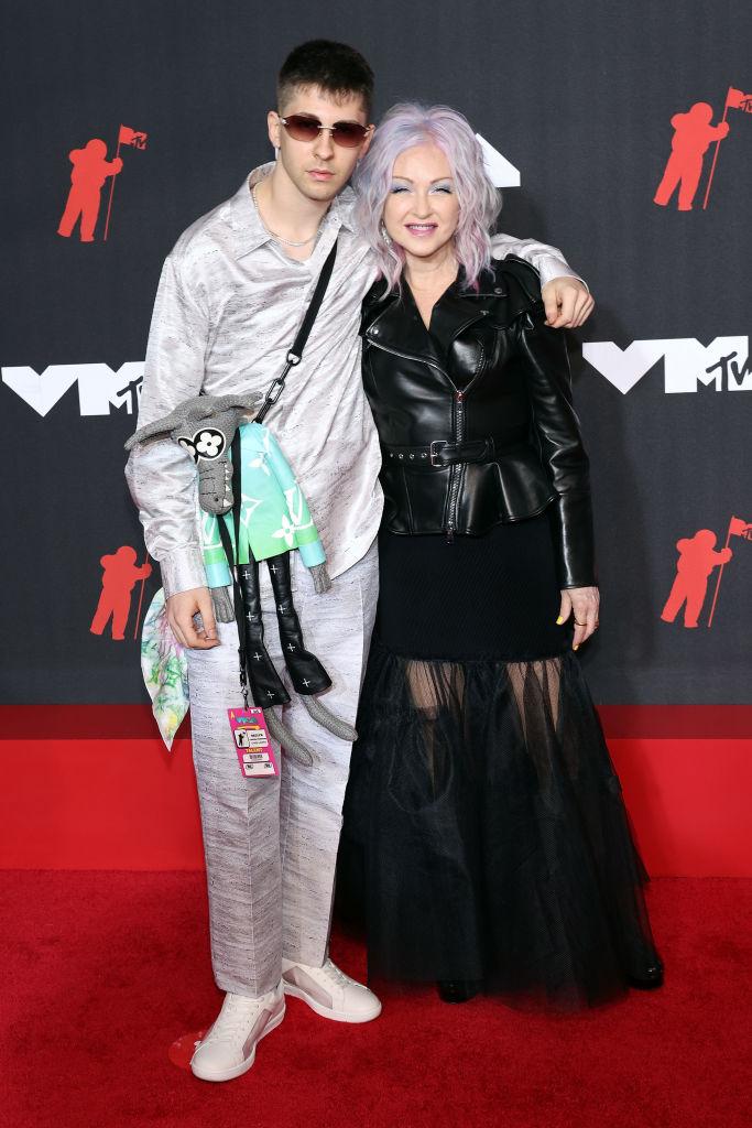 Declan Lauper Thornton és édesanyja, Cyndi Lauper a 2021-es MTV VMA díjátadójára együtt érkeztek