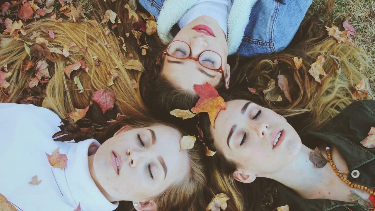 nők őszi levelekkel