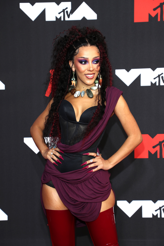 Doja Cata vörös szőnyegen is látványos szerttben pózolt az MTV VMA díjátadója előtt