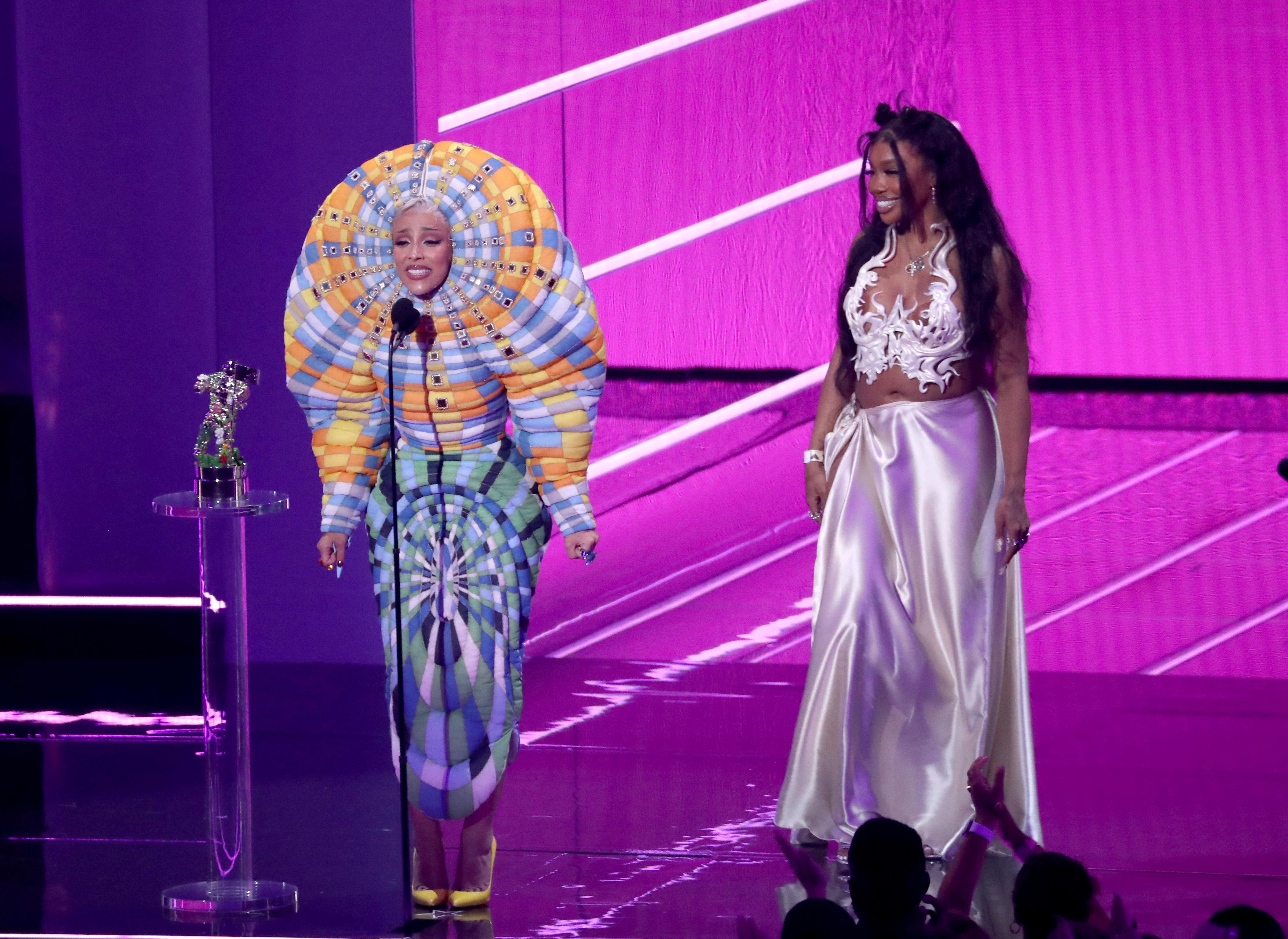 Doja Cat furcsa ruhában az MTV VMA 2021 gálán
