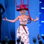 Doja Cat egy székkel a fején vonult be, a furcsa kalapot levette, majd ráült az MTV VMA 2021-es díjátadója közben