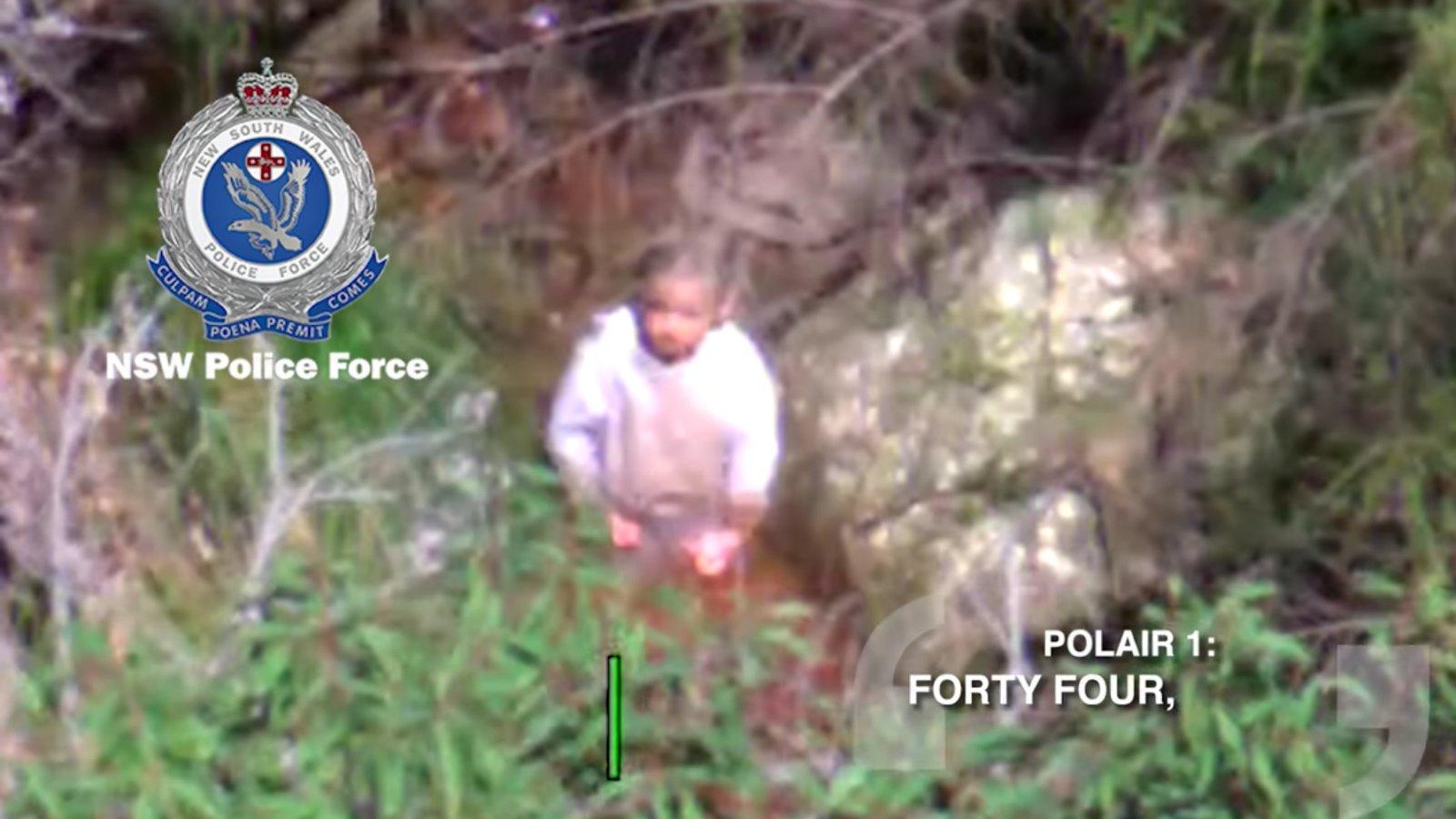 Sértetlenül előkerült az erdőből az ausztrál kisfiú