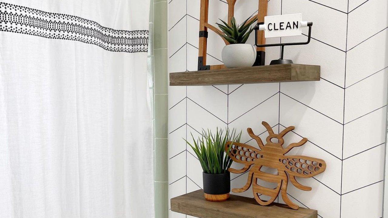 Fürdőszoba-felújítás fillérekből: alkoholos filccel rajzolt dizájner tapétát