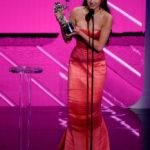Olivia Rodrigo a Legjobb új előadónak járó díjjal az MTV Video Music Awards színpadán