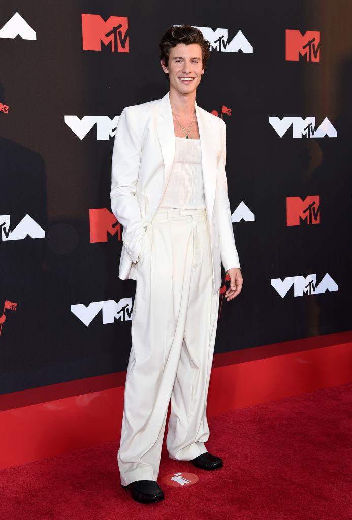 Shawn Mendes egyedül pózolt a fotósoknak az MTV VMA 2021 vörös szőnyegén