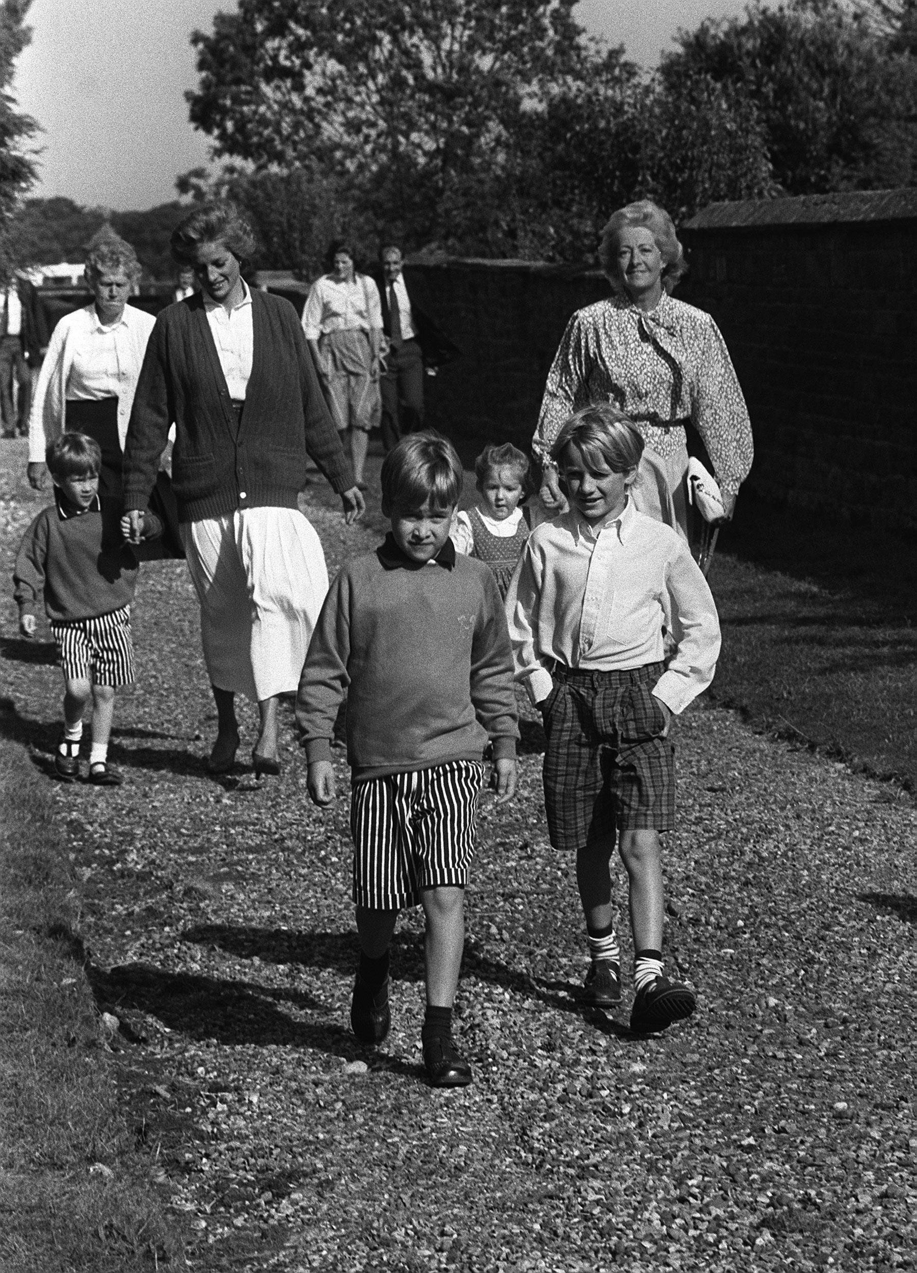 Diana hercegnő és fiai vasárnap a templomban