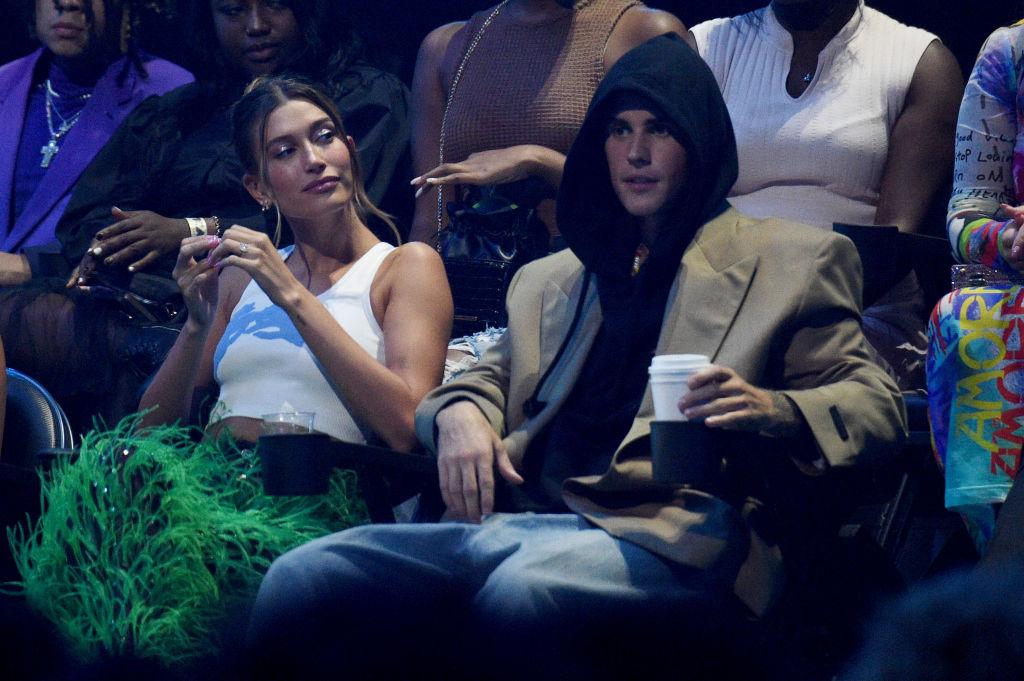 Hailey Bieber és Justin Bieber a 2021-es MTV Video Music Awards vendégei voltak, a zenész a sok jelöléséből kettőt díjra is váltott