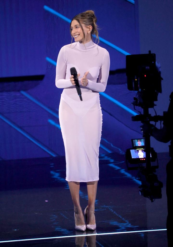 Hailey Bieber is a színpadon mondott beszédet a 2021-es MTV Video Music Awards gálán