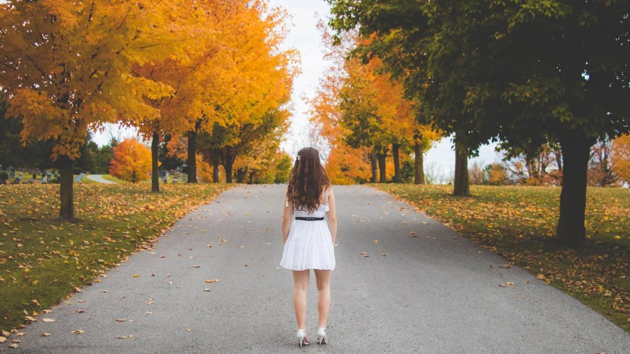 nő őszi úton
