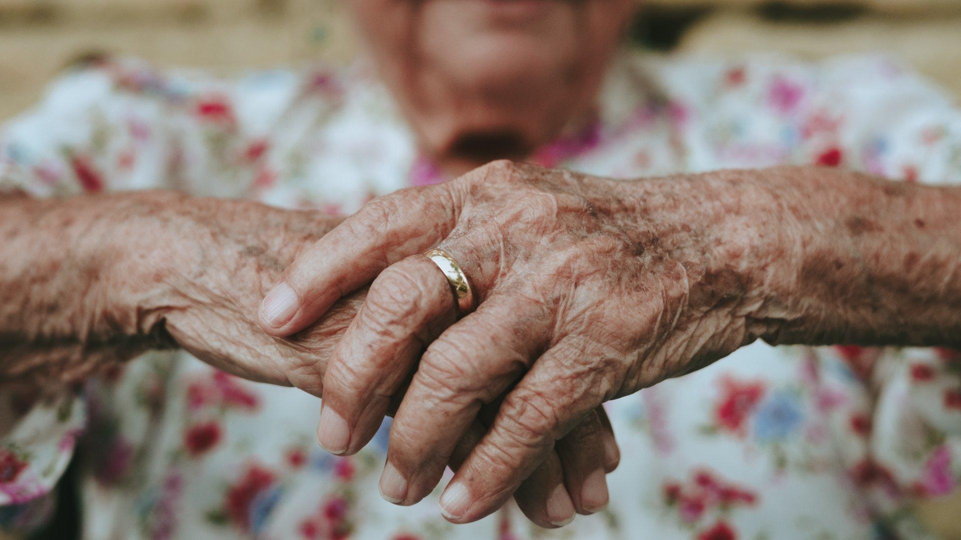 Idős nő keze