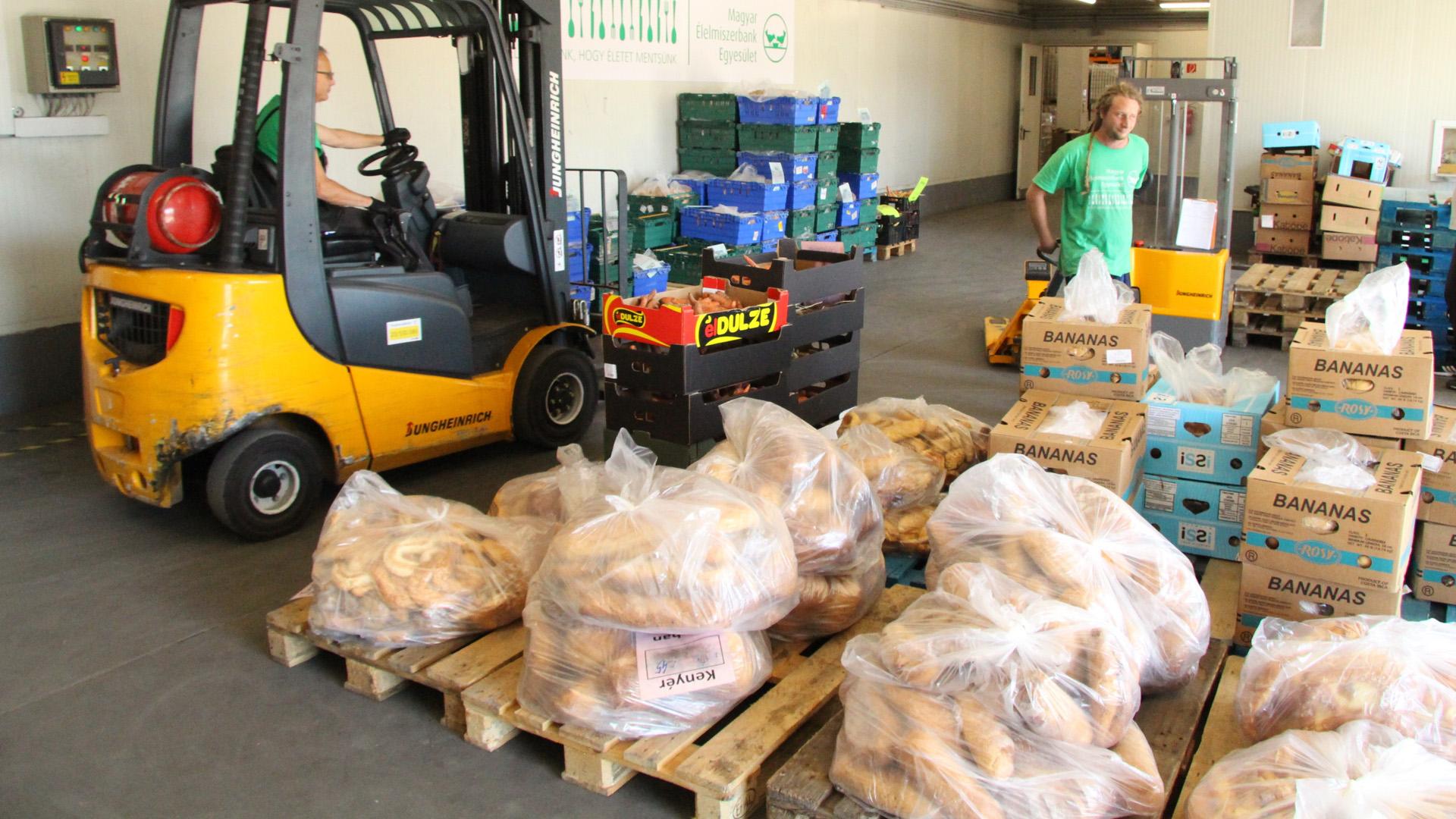 Ha az elpazarolt élelmiszert kamionokra pakolnánk, Budapesttől Párizsig tartana a sor