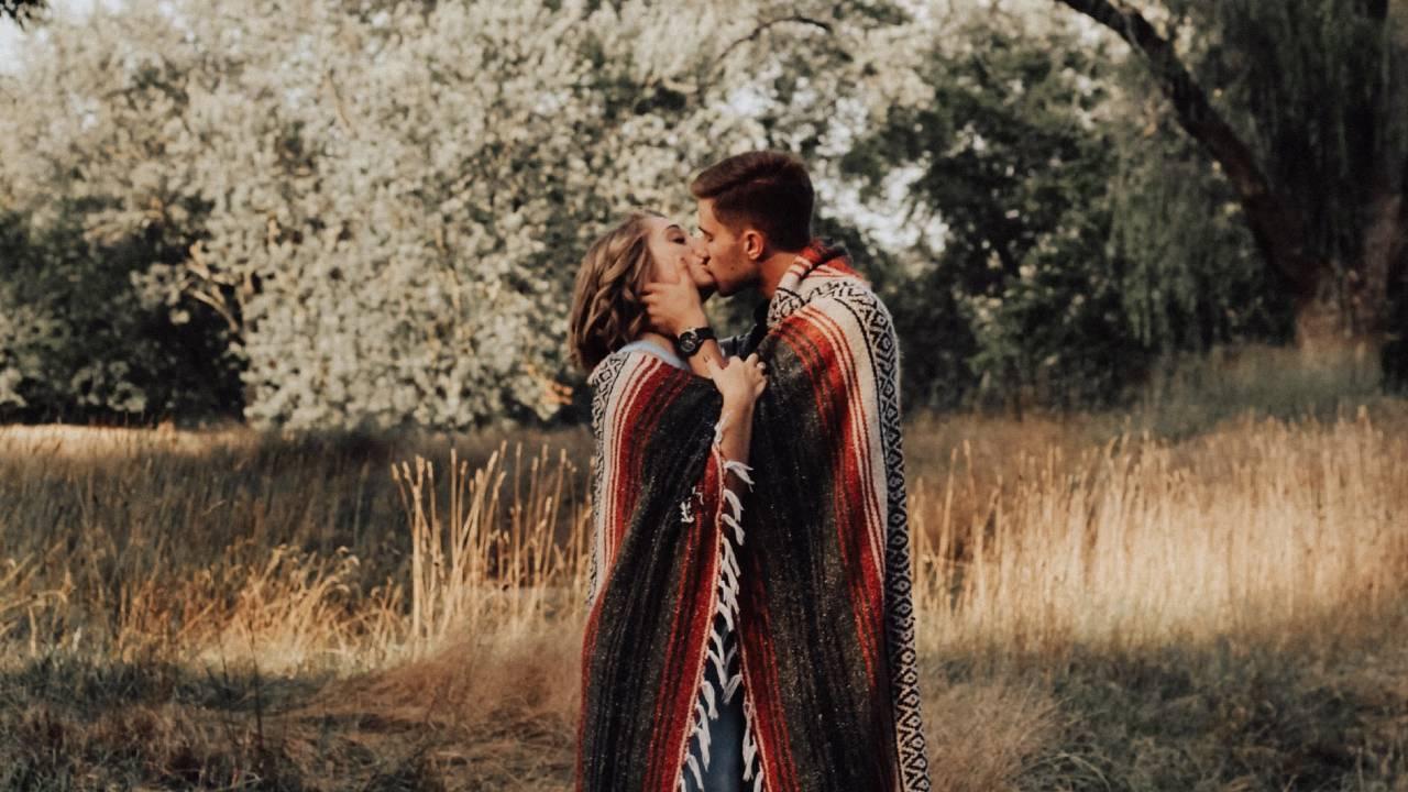 erdőben csókolózó pár