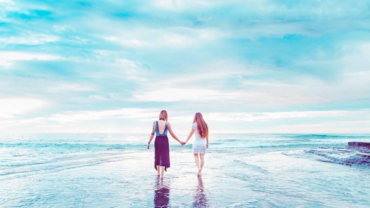 tengerben sétáló nők