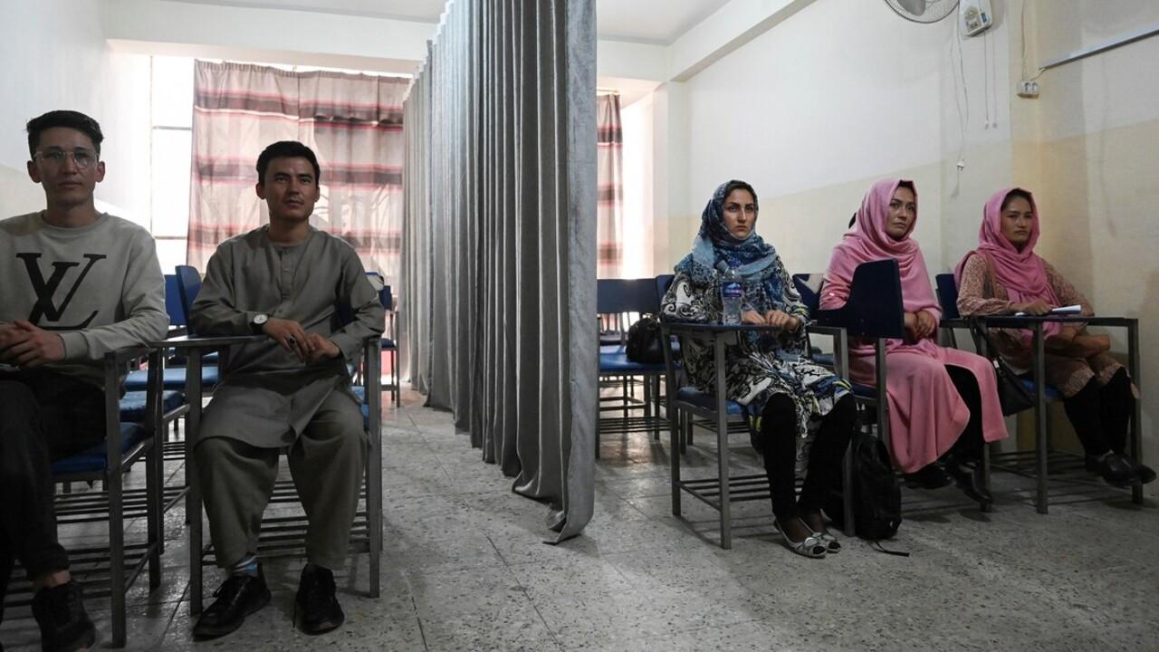Függönnyel választják el a nőket és férfiakat a kabuli egyetemeken