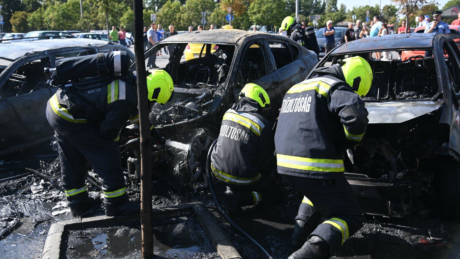 Lángolt öt autó a soroksári Auchannál – videó