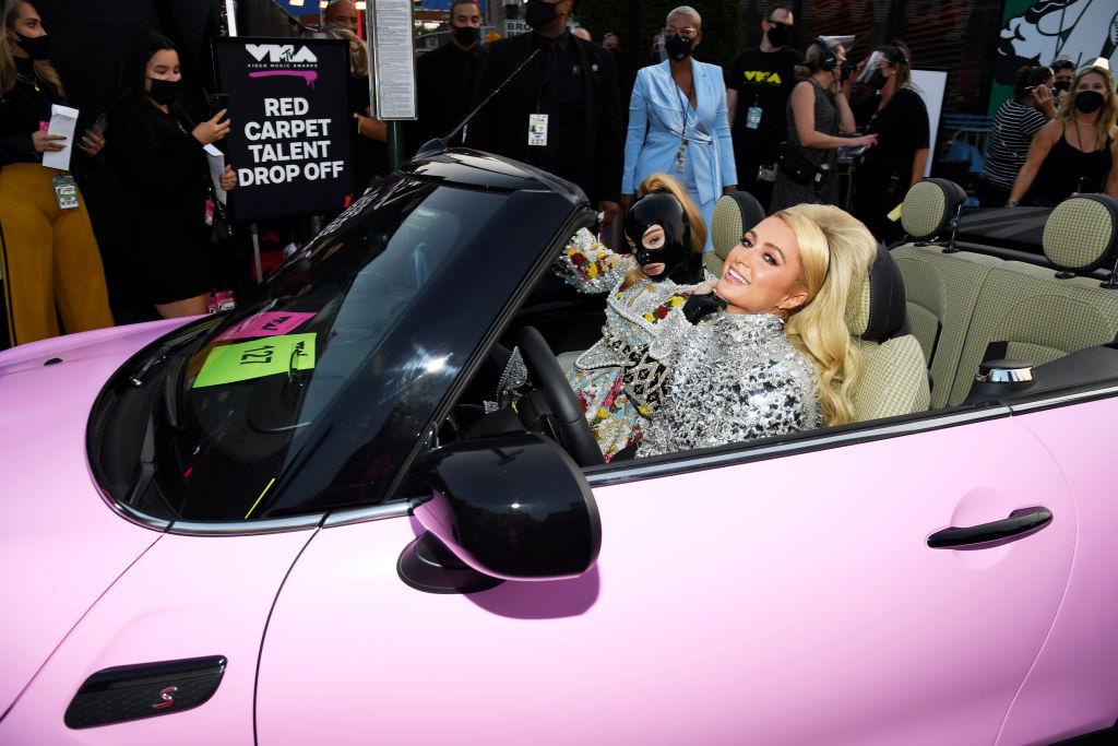 Kim Petras latex maszkban érkezett az MTV VMA gálára Paris Hiltonnal