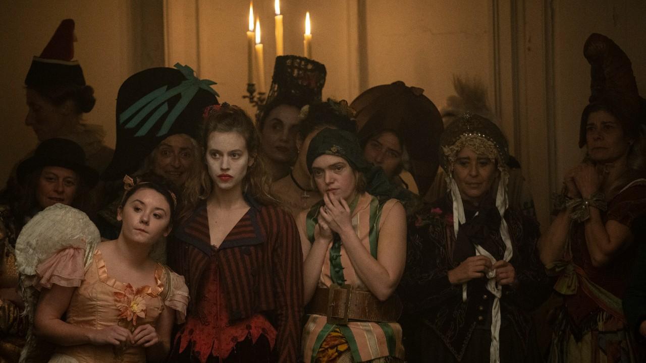 Jelenet Az őrült nők bálja című filmből (fotó: Jean-Louis Fernandez, Prime Video)