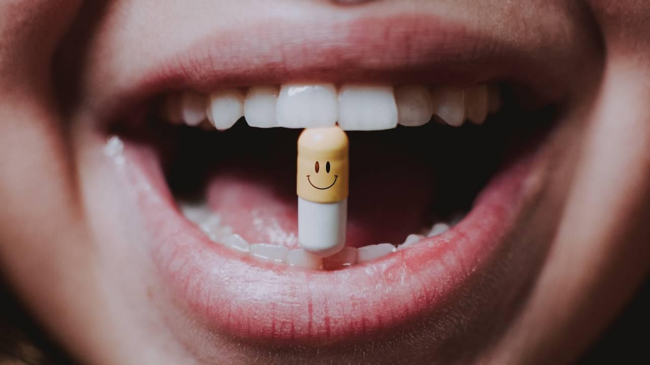 mosolygós gyógyszer a szájban
