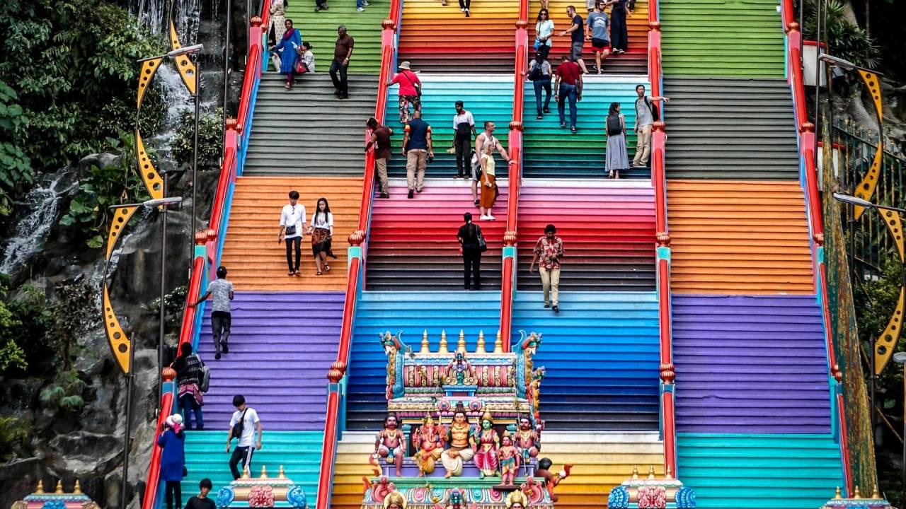 színes lépcsőn emberek