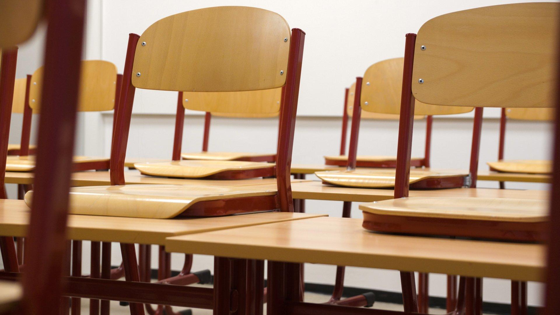 Felrakott székek egy osztályteremben
