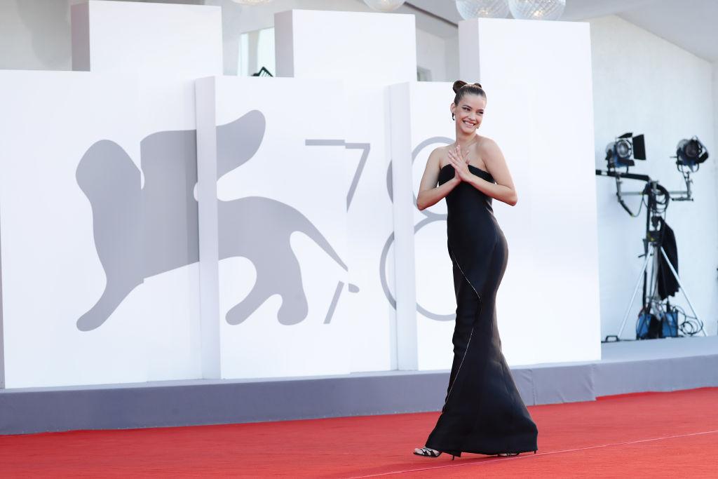 Palvin Barbi a Velencei Filmfesztivál első napján fekete ruhában vonult be