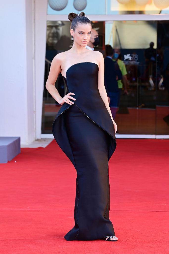 Palvin Babri fekete Armani ruhában a Velencei Filmfesztivál első napján