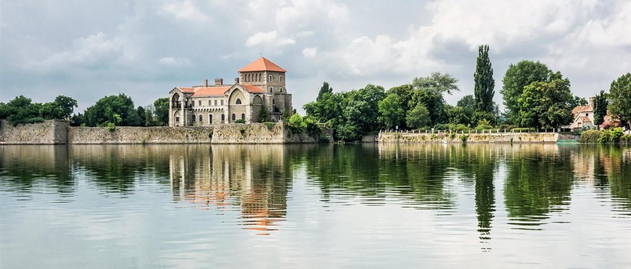 Tatai vár és az öreg tó
