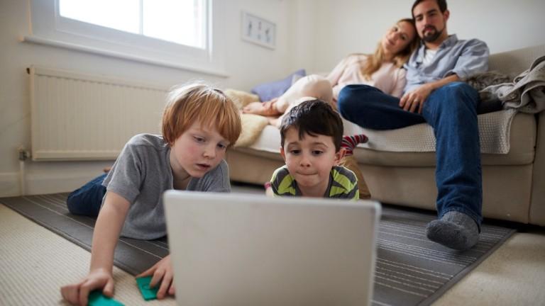 A szülői felügyeleten néha érdemes kicsit lazítani, hiszen magányos játék nagyon fontos eleme a gyermek egészséges lelki- és szellemi fejlődésének. Időnként bátran hagyd magára a csemetét, had mélyedjen bele a játékába, (fotó: profimedia.hu)