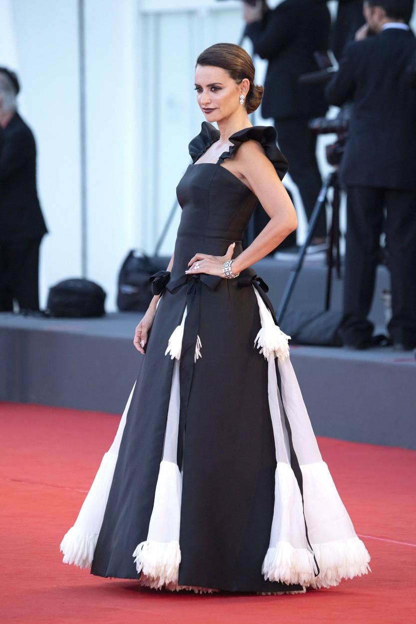 Penelopé Cruz a Madres Paralelas premierjén, Chanel Haute Couture-ben.