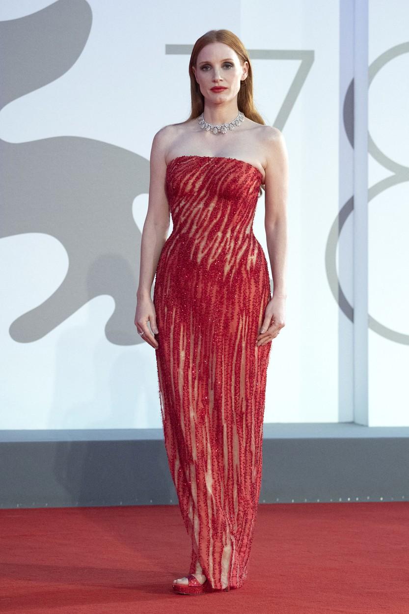 Jessica Chastain Atelier Versace ruhában a Velencei Filmfesztiválon
