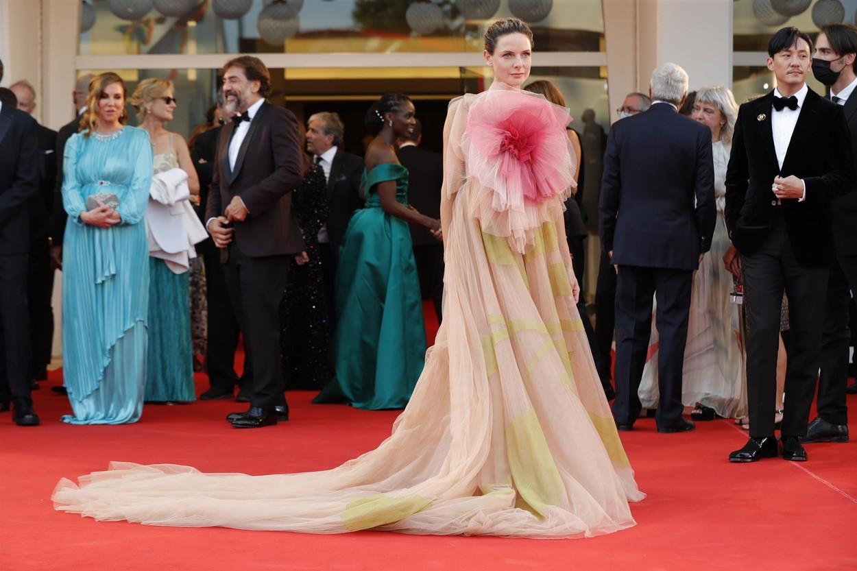 Rebecca Ferguson Christian Dior estélyi ruhában a Velencei Filmfesztiválon.
