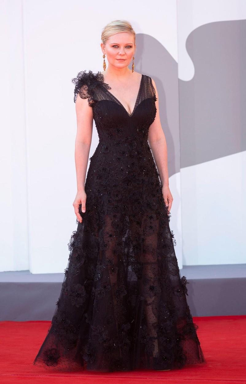 Kirsten Dunst Giorgio Armani estélyi ruhában a Velencei Filmfesztiválon.