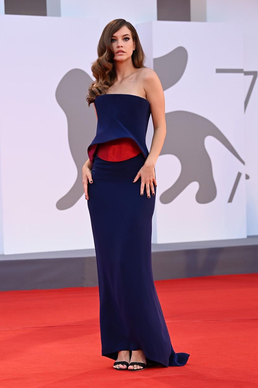 Palvin Barbara a Velencei Filmfesztiválon, Armani Privé ruhában.