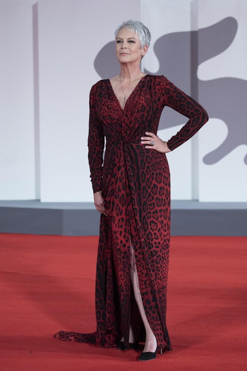 Jamie Lee Curtis a Velencei FIlmfesztiválon Dolce & Gabbana ruhában.