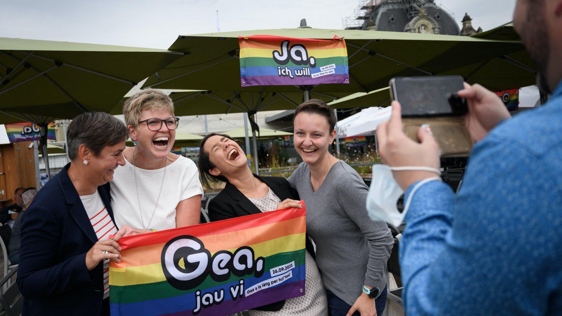 Megszavazták a melegházasság engedélyezését Svájcban