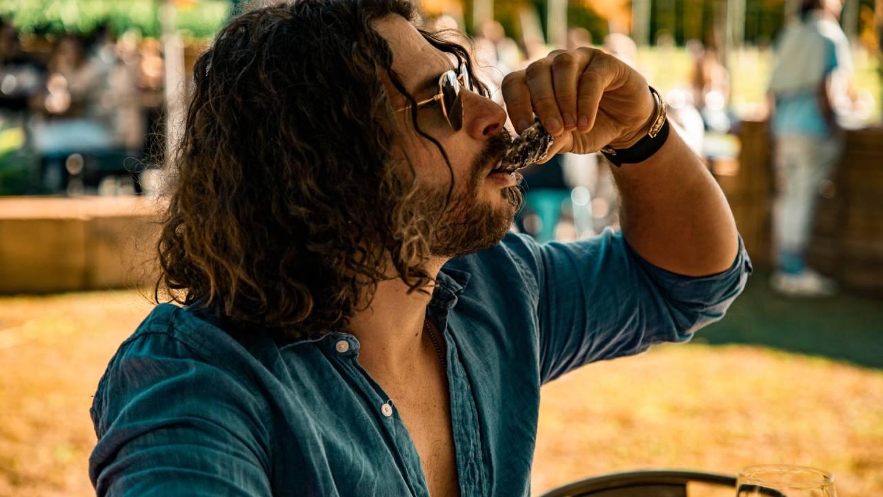 férfi osztrigát eszik