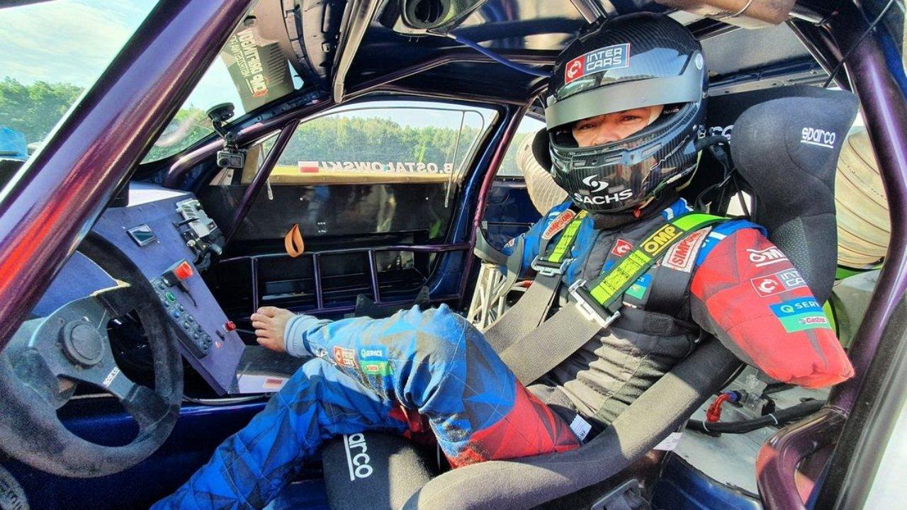 Bartek Ostalowski, a lengyel férfi, aki karok nélkül lett profi autóversenyző