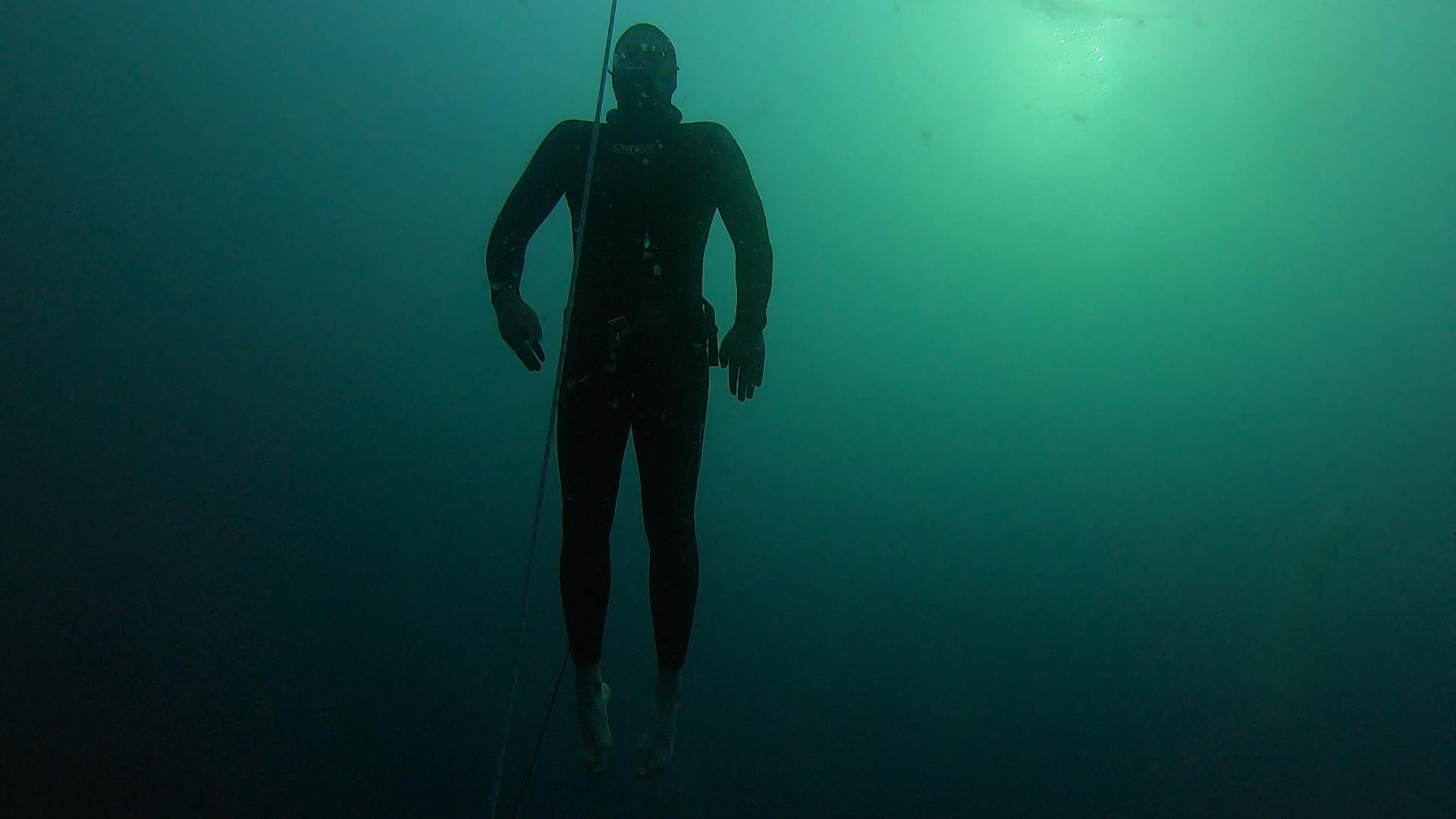 Egy levegővel 7 percig a víz alatt