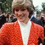 Lady Diana Spencer 1981-ben, két hónappal Károly herceggel kötött házasságuk előtt, Jasper Conran által tervezett, piros alapon fehér pöttyös ruhában.