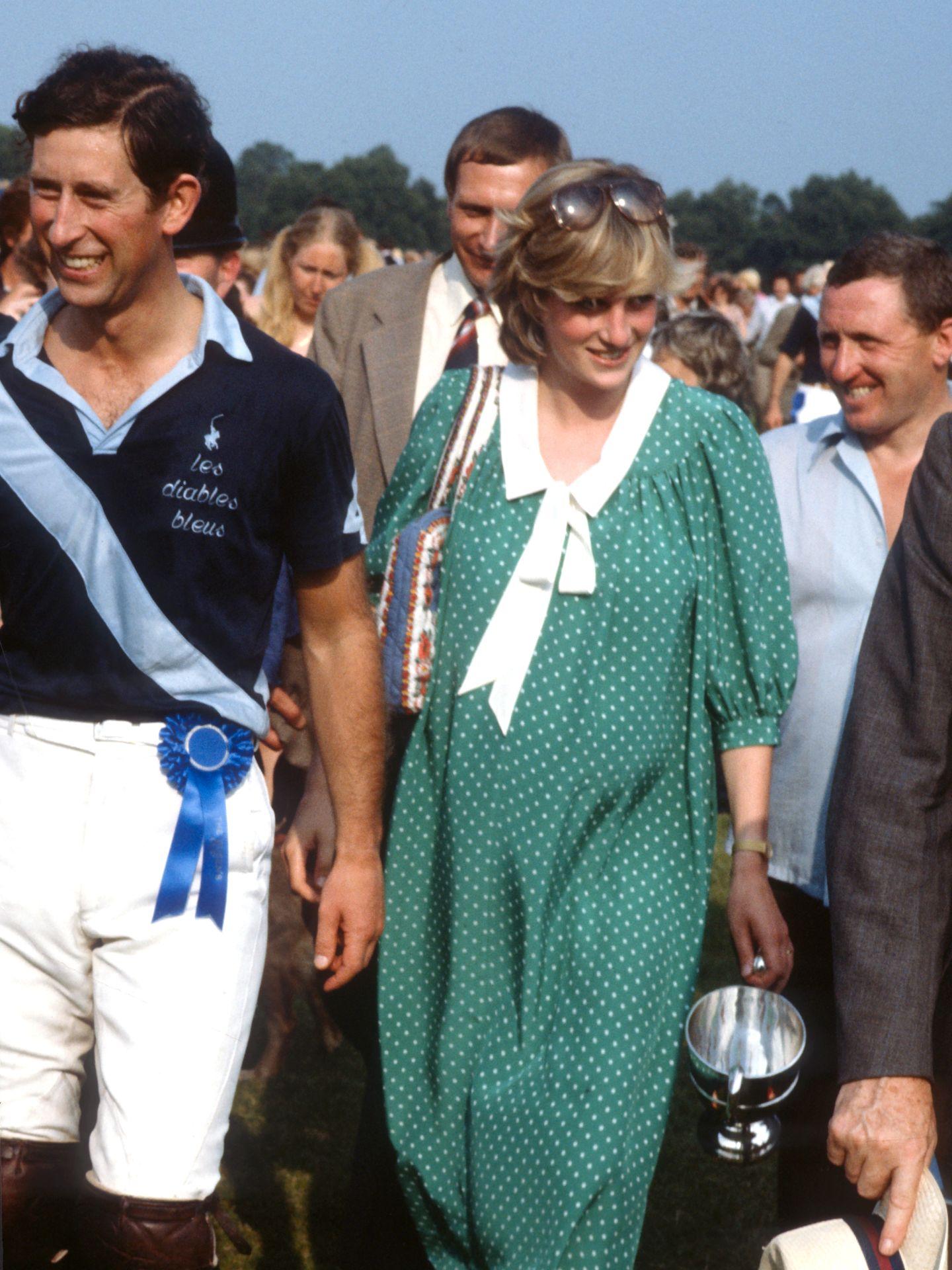 Diana hercegnő pöttyös kismamaruhában, 1982-ben. Ekkor Vilmos herceggel volt várandós