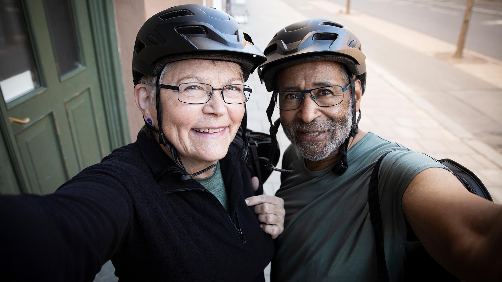 Fehér bőrű nő és fekete bőrű férfi