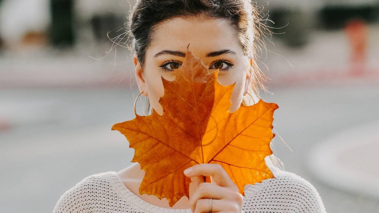 nő őszi levéllel