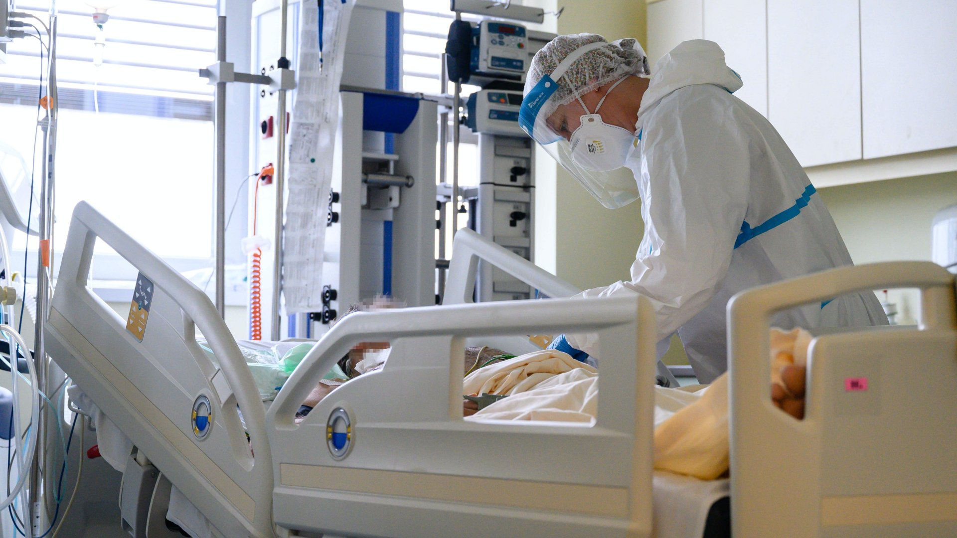 Koronavírusos beteg az intenzív osztályon