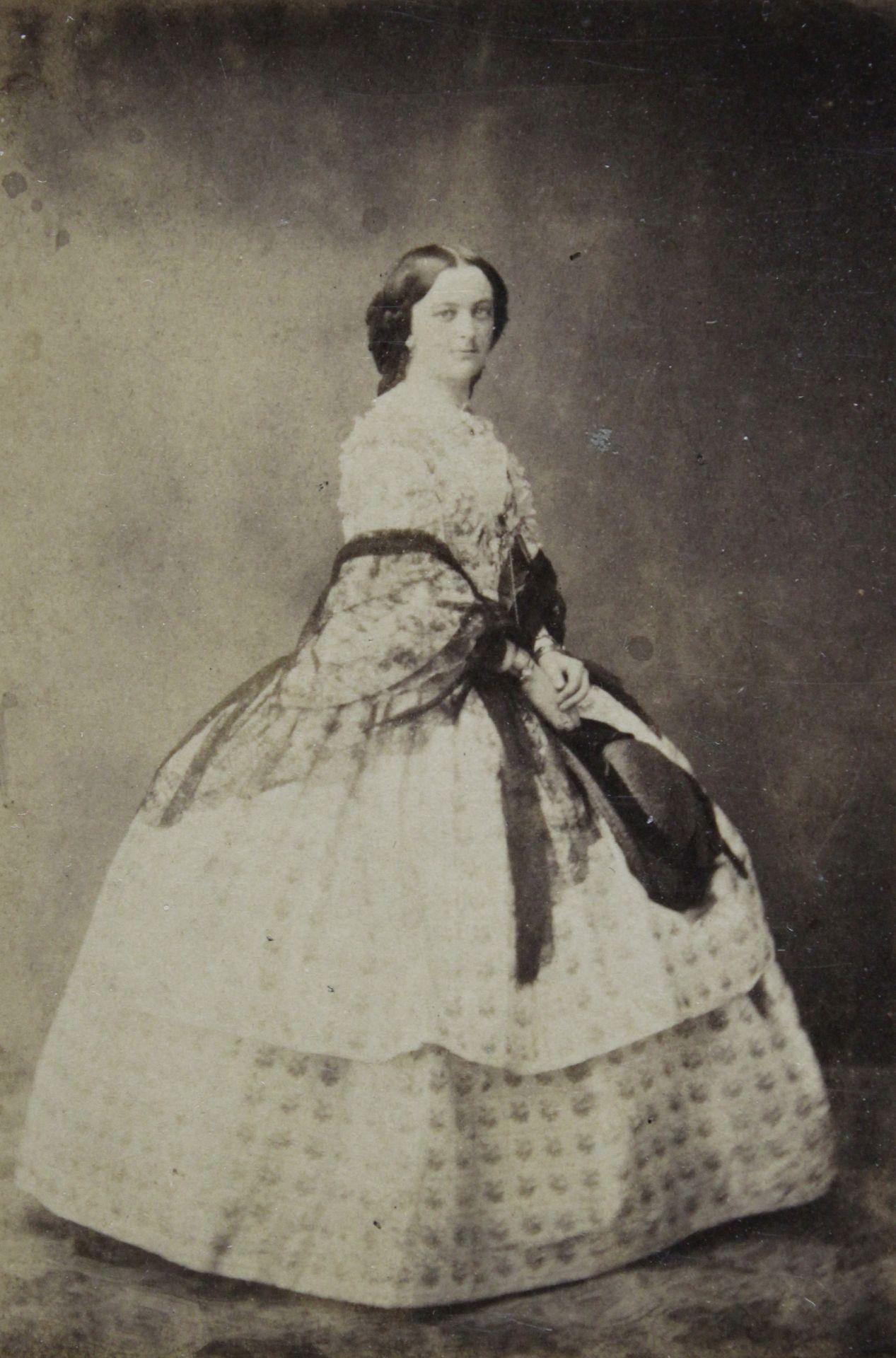 Pöttyös ruhás hölgy fotója 1858 környékéről.