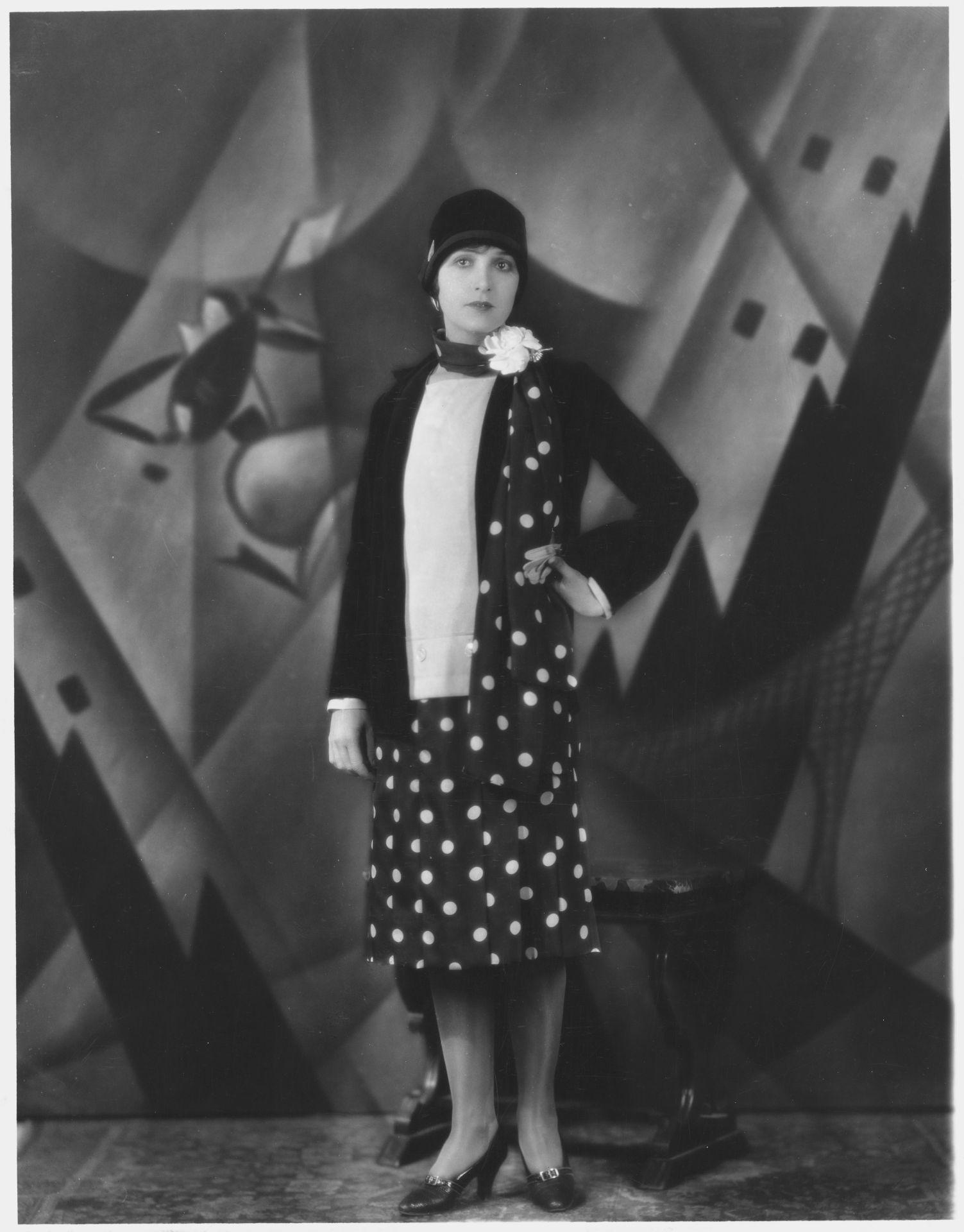 Florence Vidor színésznő pöttyös ruhában, az 1920-as években.