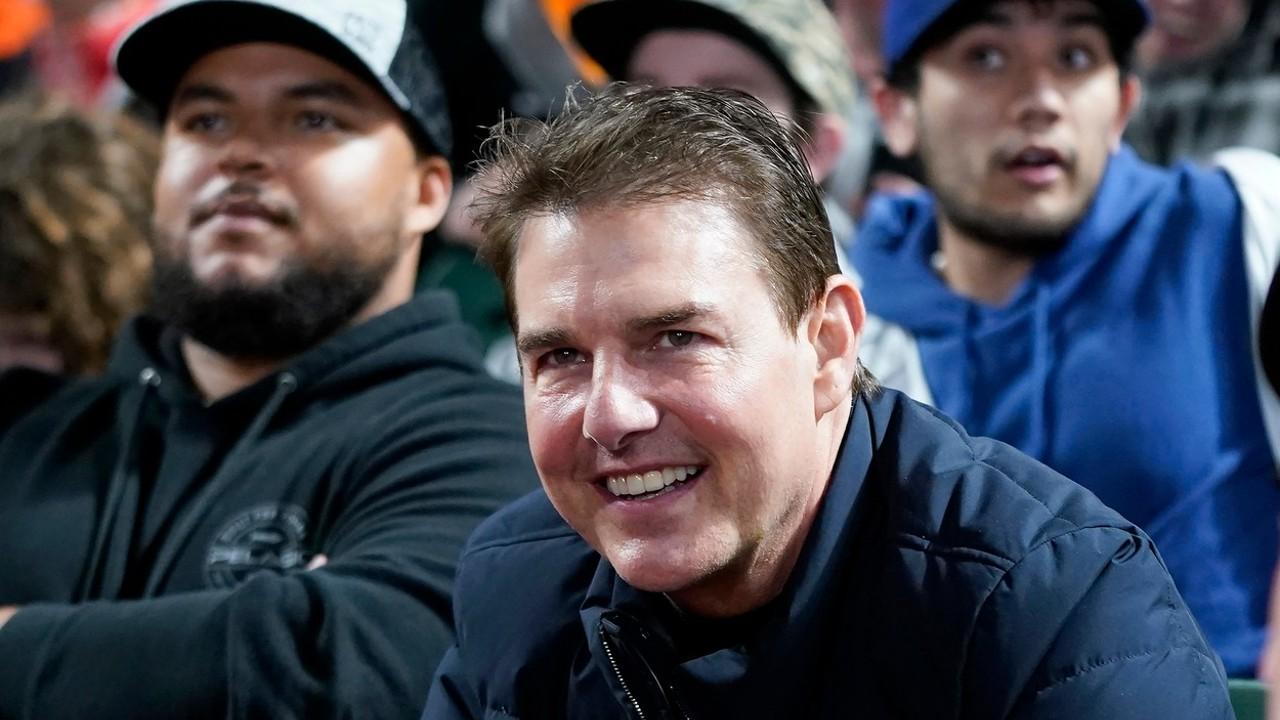 Tom Cruise baseballt néz (fotó: Profimédia)