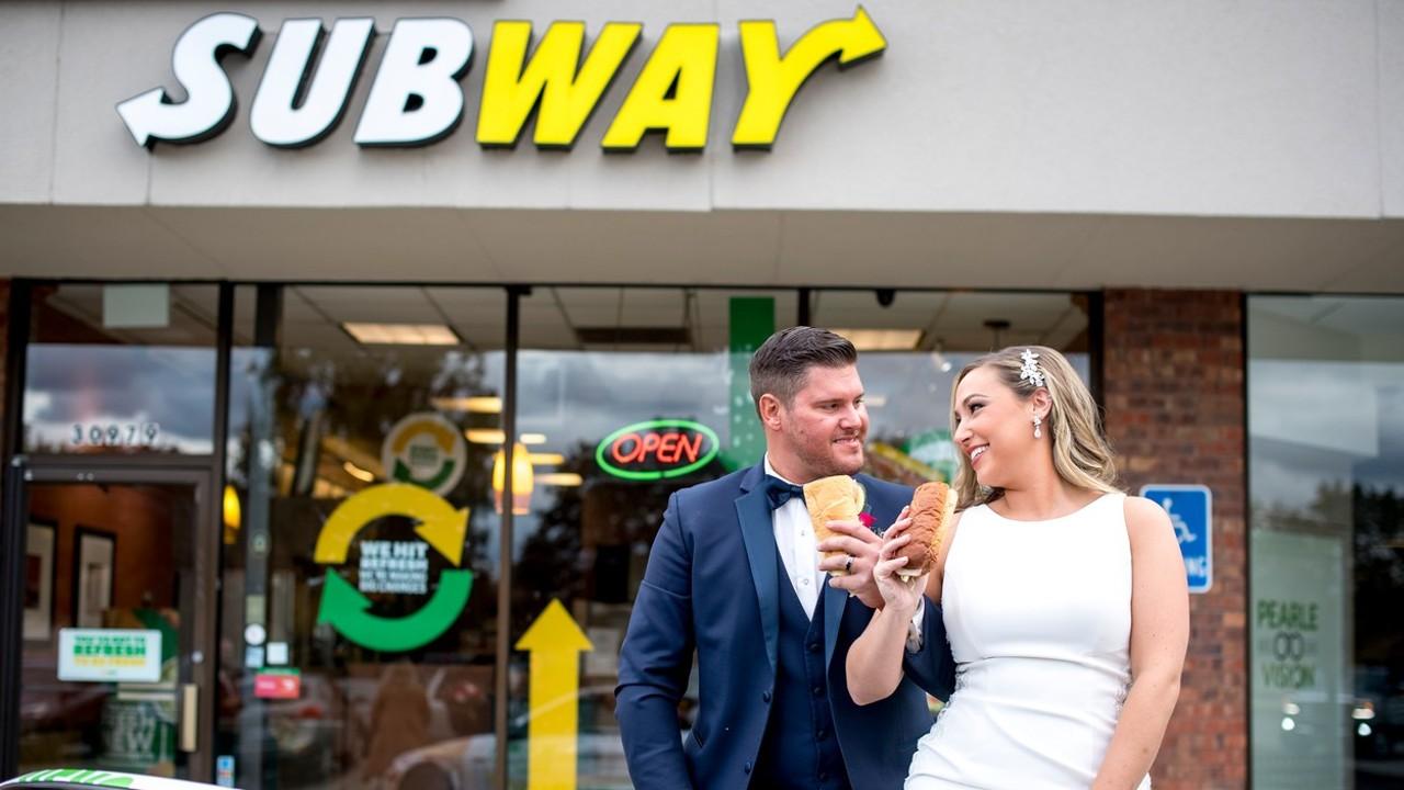 Egy Subway előtt készítették el az esküvői fotóikat