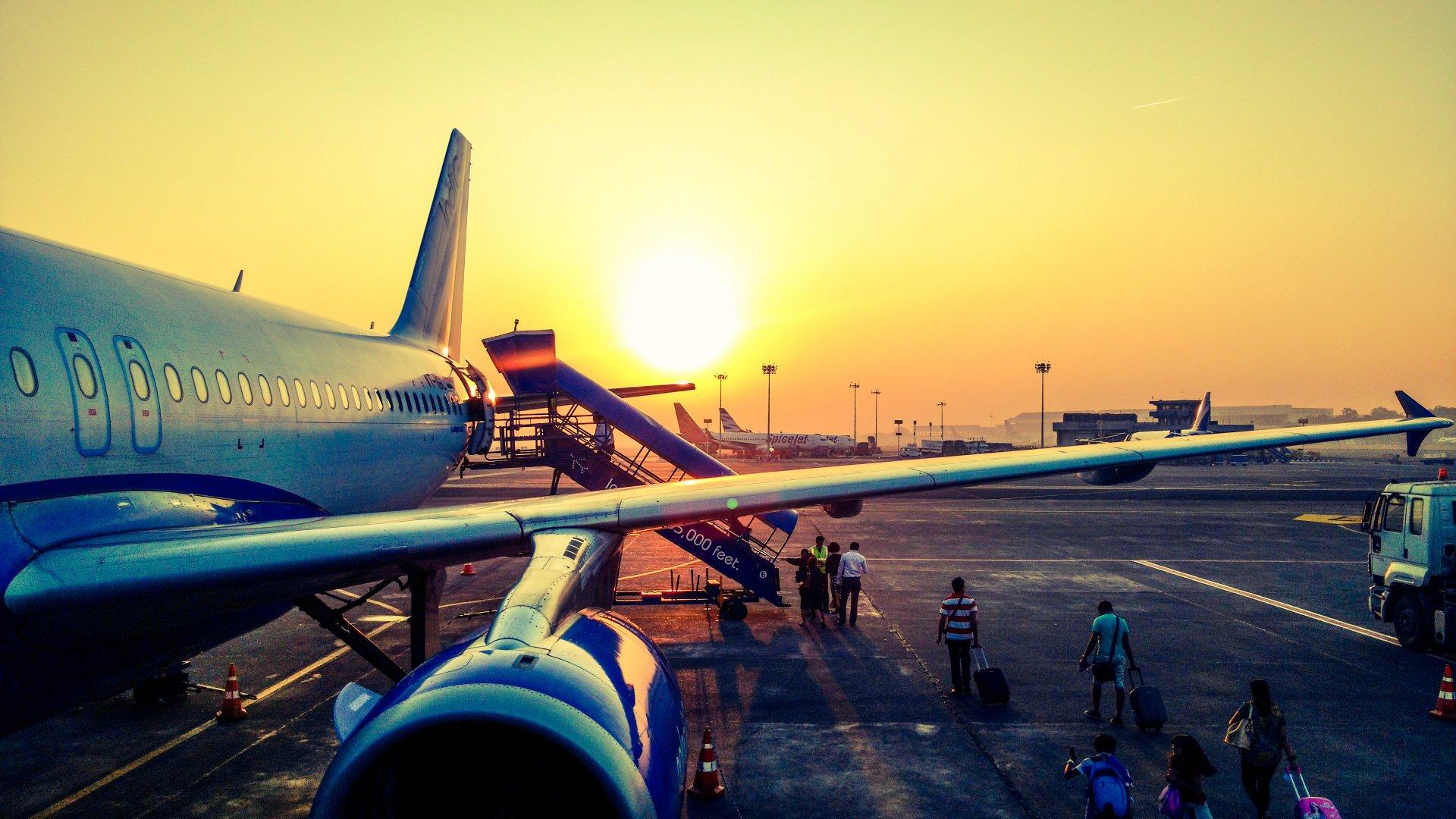 Repülőgép a naplementében
