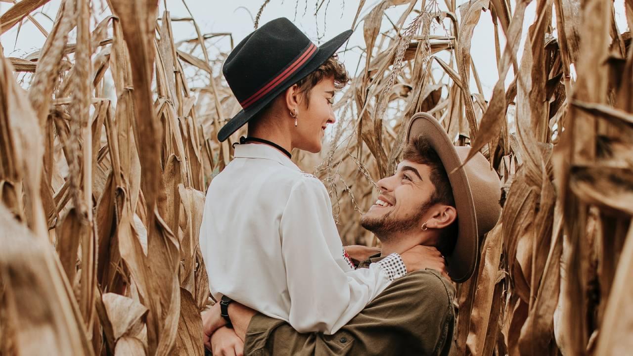 szerelmespár kukoricásban