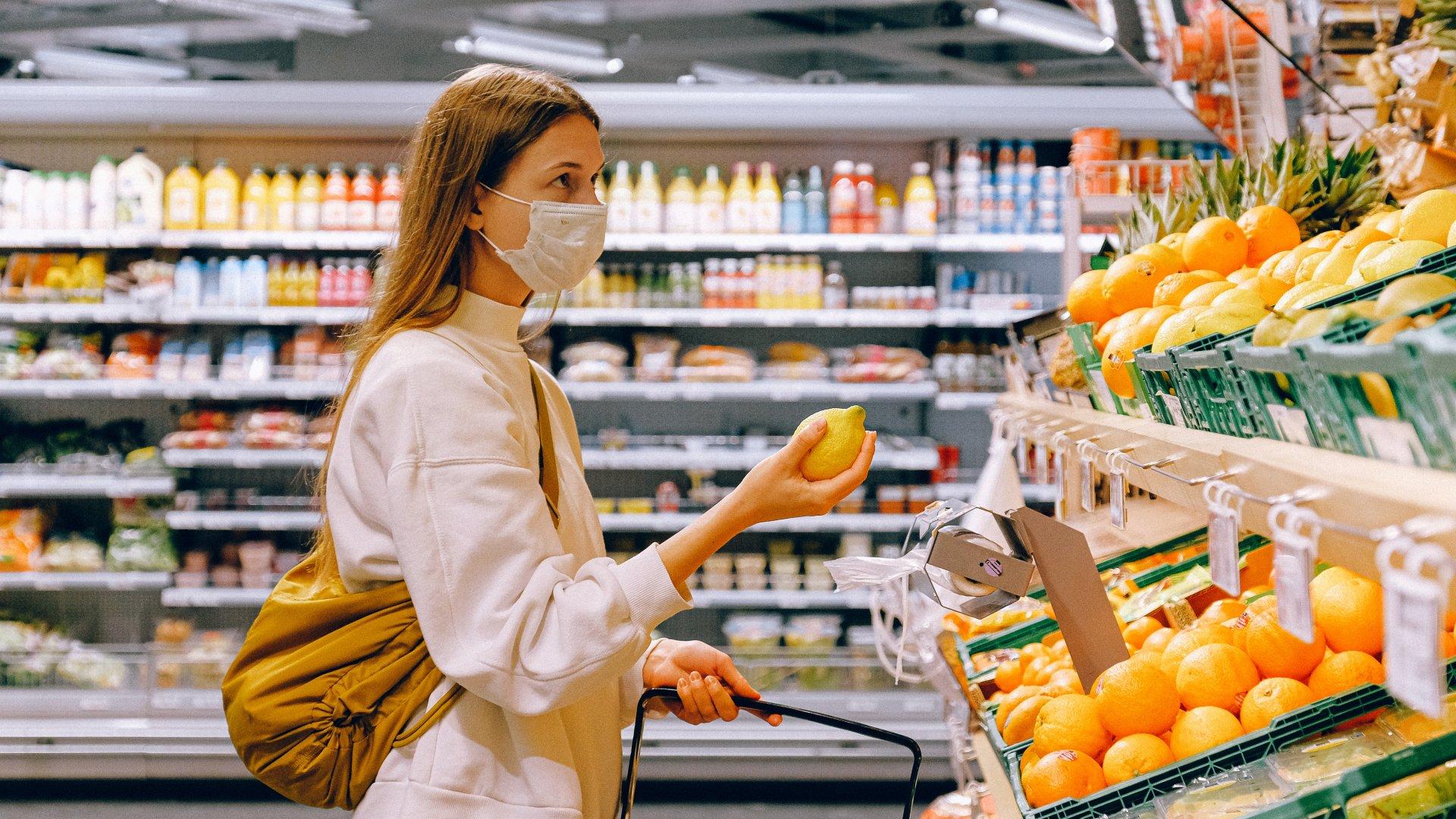 Szupermarketben bevásárol egy nő